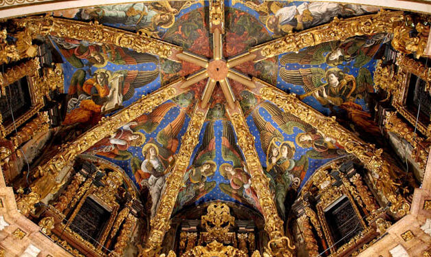 Una catedral hecha con ramas, hojas y cuerda